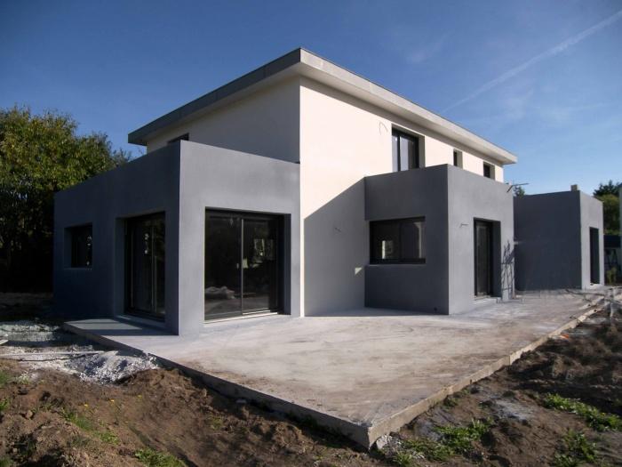 maison à faible pente en zinc et avec excroissances.